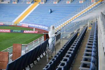 観客席の消毒作業が行われるトルコのスタジアム=13日、イスタンブール(ゲッティ=共同)