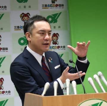 【定例記者会見で、新型コロナウイルスの緊急経済対策を発表する鈴木知事=県庁で】