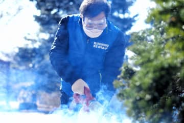 11日、出馬予定のソウル市鍾路区で消毒作業をする与党「共に民主党」の李洛淵前首相(李氏事務所提供・聯合=共同)
