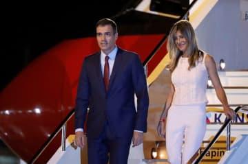 大阪市でのG20サミットに出席のため、来日したスペインのサンチェス首相(左)と、ベゴニャ・ゴメス夫人=2019年6月27日(ロイター=共同)