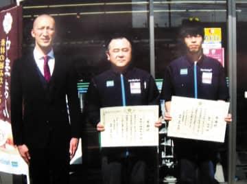 右から藤本昴博さん、杉浦拓也さん、梅田英良生活安全課長(東松山署提供)