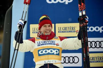 フィンランドでのW杯で表彰台に立つアレクサンドル・ボルシュノフ=2月、ラハティ(AP=共同)