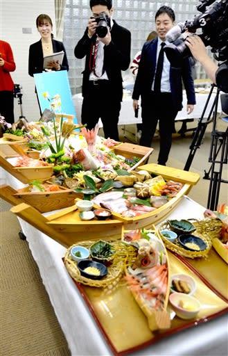 福井県越前町の新ご当地グルメとして開発中の舟盛り。試食会ではマスコミの注目を集めた=2月25日、福井県越前町越前コミュニティセンター