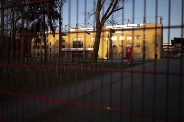 試合中止でゲートが閉じられたベルリンのスタジアム=14日(AP=共同)