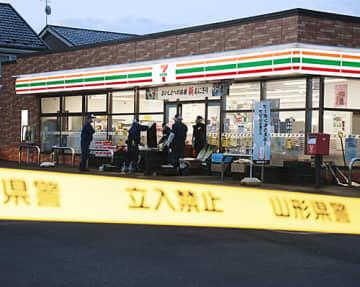 男が従業員を包丁で脅し、現金約8万円を奪ったコンビニエンスストア=16日午前5時43分、河北町谷地