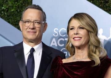 トム・ハンクスさん(左)と妻のリタ・ウィルソンさん=1月、米ロサンゼルス(ロイター=共同)