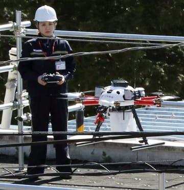 小型無人機ドローンを用いた配送の試行で、郵便局の屋上から飛び立つドローン=17日午前、東京都奥多摩町