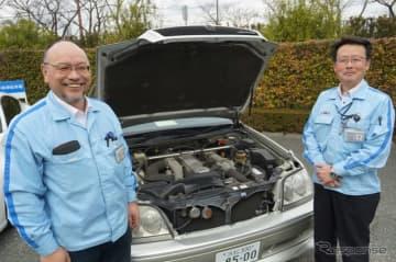 初代パフォーマンスダンパーと、ヤマハ発動機 AM事業部 原田豊二さん(左)とモビリティ技術本部 飯倉雅彦さん(右)