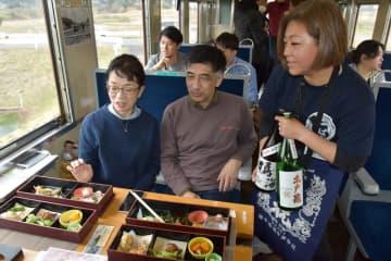 モニターツアーで料理と日本酒について説明する林さん(右)=いすみ鉄道