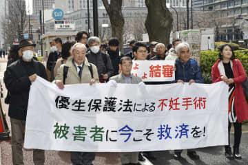 旧優生保護法下での不妊手術を巡る訴訟の口頭弁論のため、東京地裁に向かう原告の男性(前列左から3人目)と弁護士ら=17日午後、東京都千代田区
