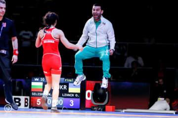 欧州選手権で優勝したミグレナ・セリシュカ・ゲオルギエバ(ブルガリア)と喜ぶコーチ=提供・UWW