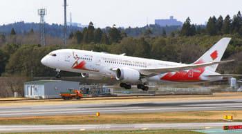 羽田に向けて離陸する聖火輸送機=成田空港で