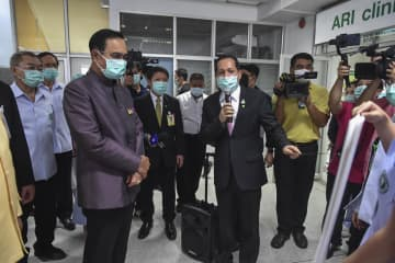 Prime Minister Prayut Chan-o-cha visits Bamrasnaradura Infectious Diseases Institute on March 10. picture courtesy of Government House