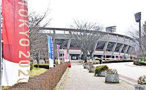 17日にはあづま球場に五輪ののぼり旗などが設置された。聖火リレーの出発も近づいている