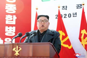 17日、平壌総合病院の着工式で演説する北朝鮮の金正恩朝鮮労働党委員長(朝鮮中央通信=共同)