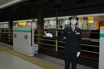 JR東で初めて導入された昇降式ホーム柵を説明する持地駅長=17日、空港第2ビル駅