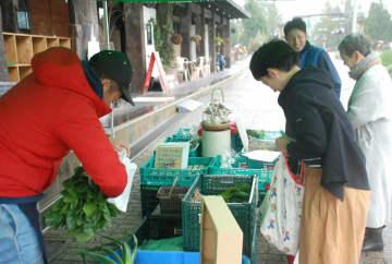 生産者と話しながら、こだわり野菜を買い求める客ら(宇治市広野町・市植物公園)