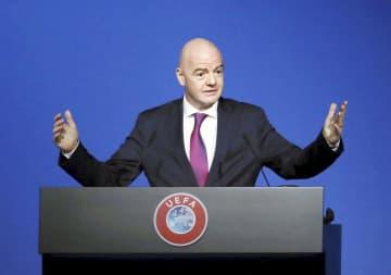 3日の欧州サッカー連盟総会で記者会見する国際サッカー連盟のインファンティノ会長=アムステルダム(ロイター=共同)