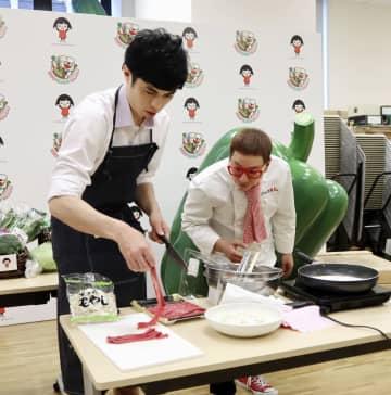 料理動画の撮影に臨む小島よしおさん(左)ら=18日午後、東京都千代田区