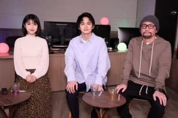 写真左から、浜辺美波、北村匠海、伊藤智彦(C)2019「HELLO WORLD」製作委員会