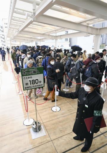 JR山手線の新駅「高輪ゲートウェイ」で開業当日の切符を求め並ぶ人たち=14日、東京都港区