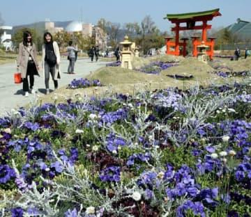 花と緑で彩られたメイン会場を散策する来場者=19日午前10時20分、広島市中区(撮影・川村奈菜)