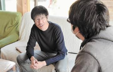 スタッフらと入所者の暮らしぶりについて話し合う中山さん(左)