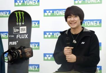 スノーボードの男子ハーフパイプで、2月のUSオープンで初優勝し、記者会見する戸塚優斗=19日、東京都内
