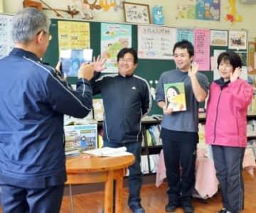 学校ブログに掲載するため、動画を撮影する川上小学校の教員=いちき串木野市