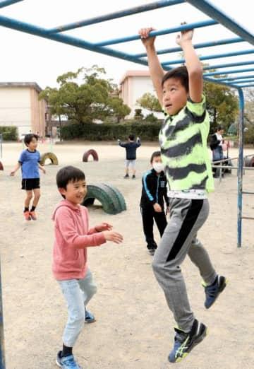 開放された校庭で思い切り体を動かす児童=19日午前、宮崎市・江南小
