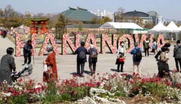 花と緑で彩られたメイン会場を散策する来場者(撮影・山本誉)