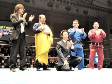 欠場した初代タイガーマスクのために「行け!タイガーマスク」を歌う新間会長(左から2人目)、平井代表(中央)ら