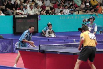 シドニー五輪に日本代表として出場した偉関晴光(左)=2000年9月