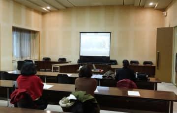 傍聴自粛要請を受け、別室でインターネット中継を傍聴する市民ら=横須賀市議会