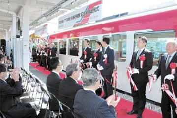 出発式で全線運行再開を祝う関係者=20日午後0時30分ごろ、岩手県山田町の陸中山田駅