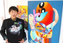 高校生現代アーティストの東條新さん。右の作品が自信作の「ベロチュー」=ガレリア・プント