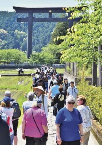 多くの参拝者でにぎわう熊野本宮大社の旧社地・大斎原(おおゆのはら)への道=昨年5月4日、和歌山県田辺市本宮町で