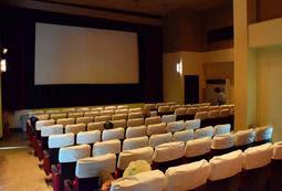 90席あるスクリーン。かつては仁侠(にんきょう)映画などが人気を集めた=神戸市兵庫区福原町