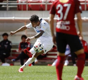 鹿島との練習試合でゴールを決める札幌・鈴木(左)=カシマ