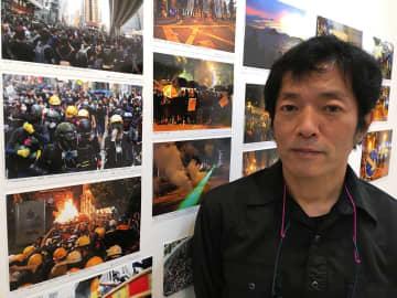 「自由と民主主義を求めるデモ隊の姿を見てほしい」と話す中村さん=横浜市中区