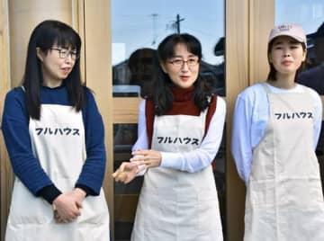 店頭で意気込みなどを語る柳さん(中央)と松本さん(右)らスタッフ