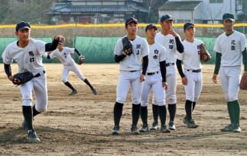 チーム浮沈の鍵を握る投手陣。左右タイプの異なる選手たちが力を付けてきた=諫早市、創成館高野球場