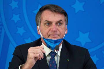 記者会見で話をするブラジルのボルソナロ大統領=20日、ブラジリア(ゲッティ=共同)