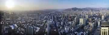 高度230メートルからの札幌の街。右端はJRタワー=19日朝(写真6枚を合成。許可を得て小型無人機を飛行させて撮影)