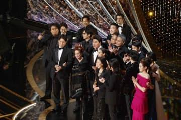 アカデミー賞授賞式で作品賞受賞に沸く「パラサイト」チーム