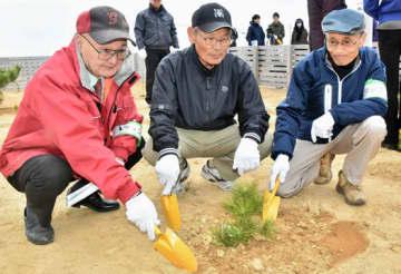 2世苗を植える五賀さん(中央)と荒さん(右)ら会員