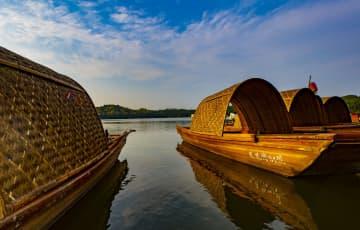 夕焼けに包まれる春の湖 江西省仙女湖