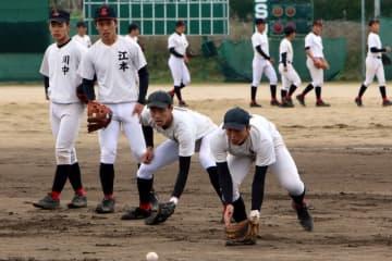 昨秋、激しいスタメン争いを見せた二塁の選手たち。「正面のボールが一番難しい」と基本を徹底する=諫早市、創成館高野球場