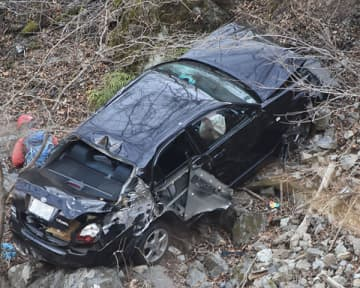 崖下に転落して大破した車=22日午前8時40分、秩父市大滝の大滝神庭交流広場付近