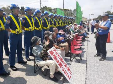 新基地建設に反対する市民ら=23日正午前、名護市辺野古の米軍キャンプ・シュワブゲート前